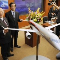 Mitsubishi Heavy President Kazuo Tsukuda (far left) announces the project to manufacture the first homegrown regional jet, in Tokyo in March 2008. | KYODO
