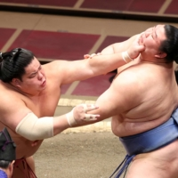 <i>Ozeki</i> Shodai sustains first loss of meet, aggravates injured ankle