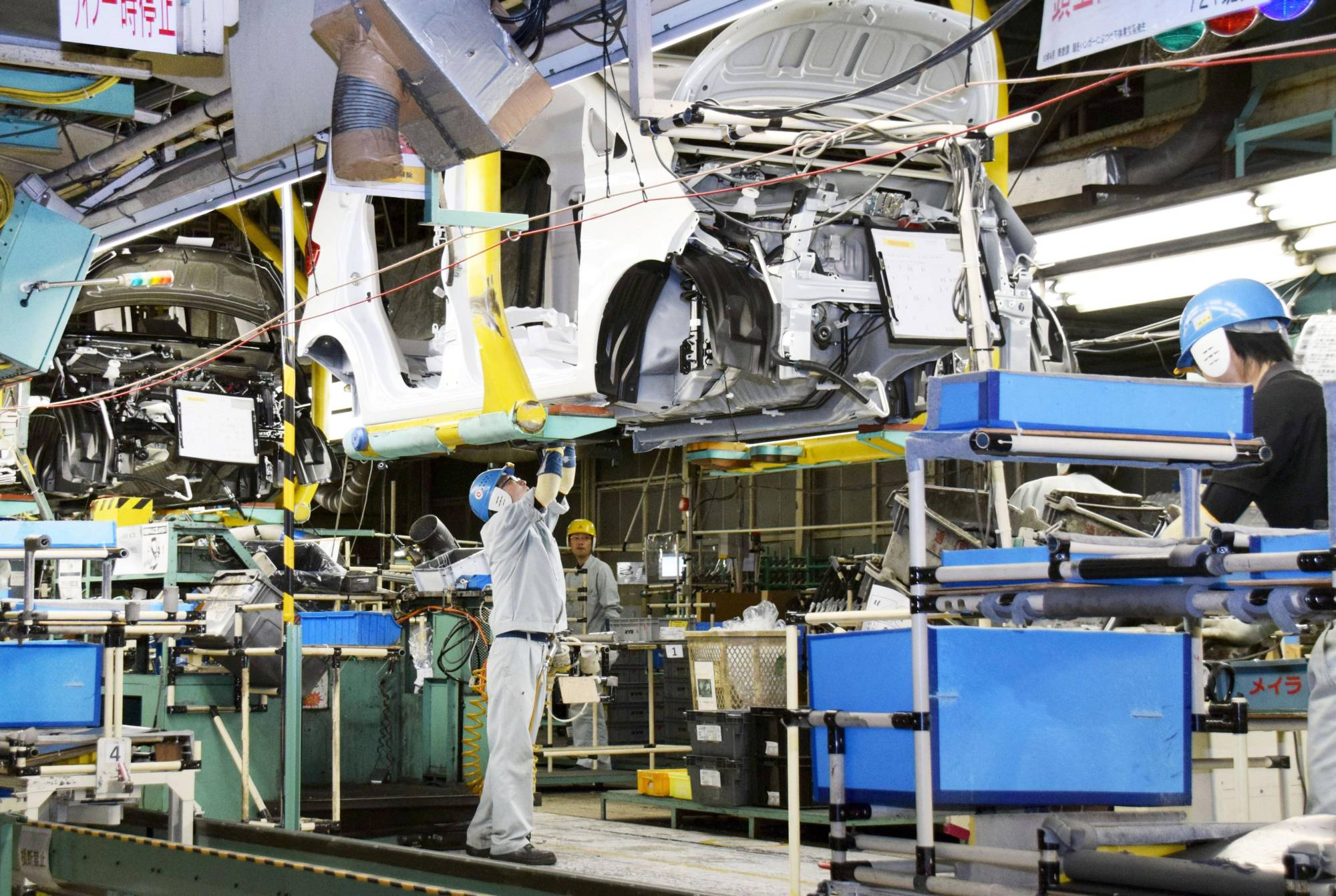 Core private-sector machinery orders dropped 4.4% in September, according to government data, as the pace of recovery in the auto sector slowed. | KYODO