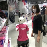 Osaka robot asks customers to wear masks and social distance