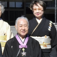 Kabuki actor Sakata Tojuro IV and his wife, Chikage Ogi, pose for a photo in Tokyo after Sakata received the Order of Culture in November 2009. | KYODO