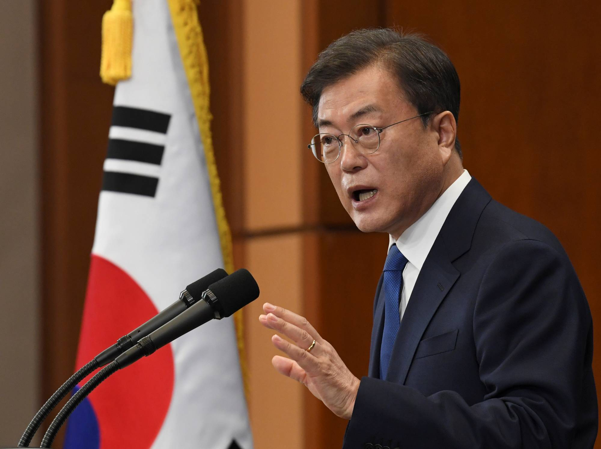 South Korean President Moon Jae-in speaks on the occasion of the third anniversary of his inauguration in Seoul in May. President Moon extended warm greetings to Prime Minister Yoshihide Suga in a virtual meeting during the East Asia Summit. | POOL / VIA REUTERS