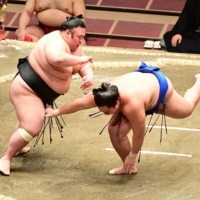 Takakeisho, Shimanoumi win on Day 11 to remain tied for lead