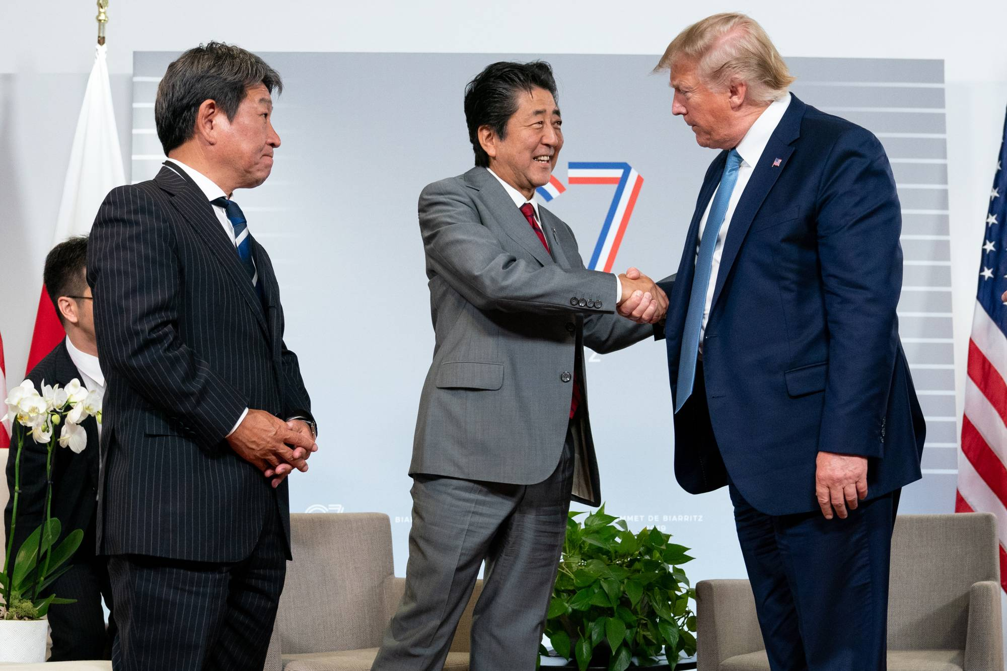 Then-Prime Minister Shinzo Abe meets with U.S. President Donald Trump during the Group of Seven summit in Biarritz, France, in August 2019.      ERIN SCHAFF / THE NEW YORK TIMES