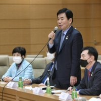 Kim Jin-pyo, a South Korean lawmaker who leads the South Korea-Japan Parliamentarians' Association, met with Japanese politicians who are members of the counterpart Japan-South Korea Parliamentarians' Association at the Diet in Tokyo on Nov. 12. | KYODO