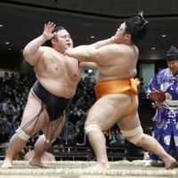 Takakeisho defeats Shimanoumi to take sole lead on Day 13