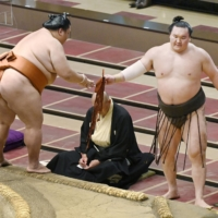 Grand champions Hakuho and Kakuryu told to heal themselves before next tournament
