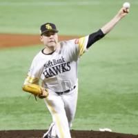 Hawks starter Matt Moore delivers against the Giants during Game 3 of the Japan Series on Sunday. | KYODO