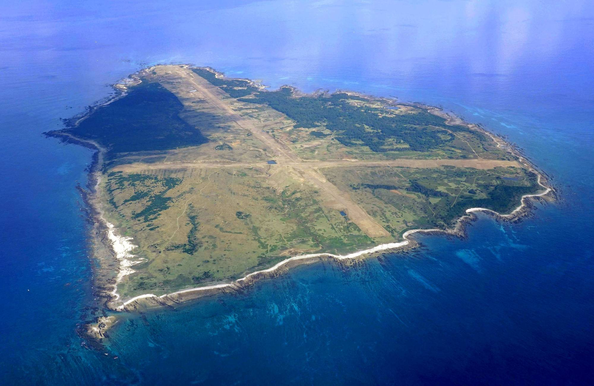 Kagoshima Gov. Koichi Shiota on Friday gave the green light to a marine boring survey around Mage Island in Kagoshima Prefecture, which has been chosen as the new site for a U.S. military takeoff and landing training facility set to be relocated. | KYODO