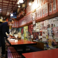 A Taiwanese restaurant in Shimbashi that decided to comply with the Tokyo Metropolitan Government's call to shorten business hours to help combat a recent resurgence of coronavirus infections. | KYODO