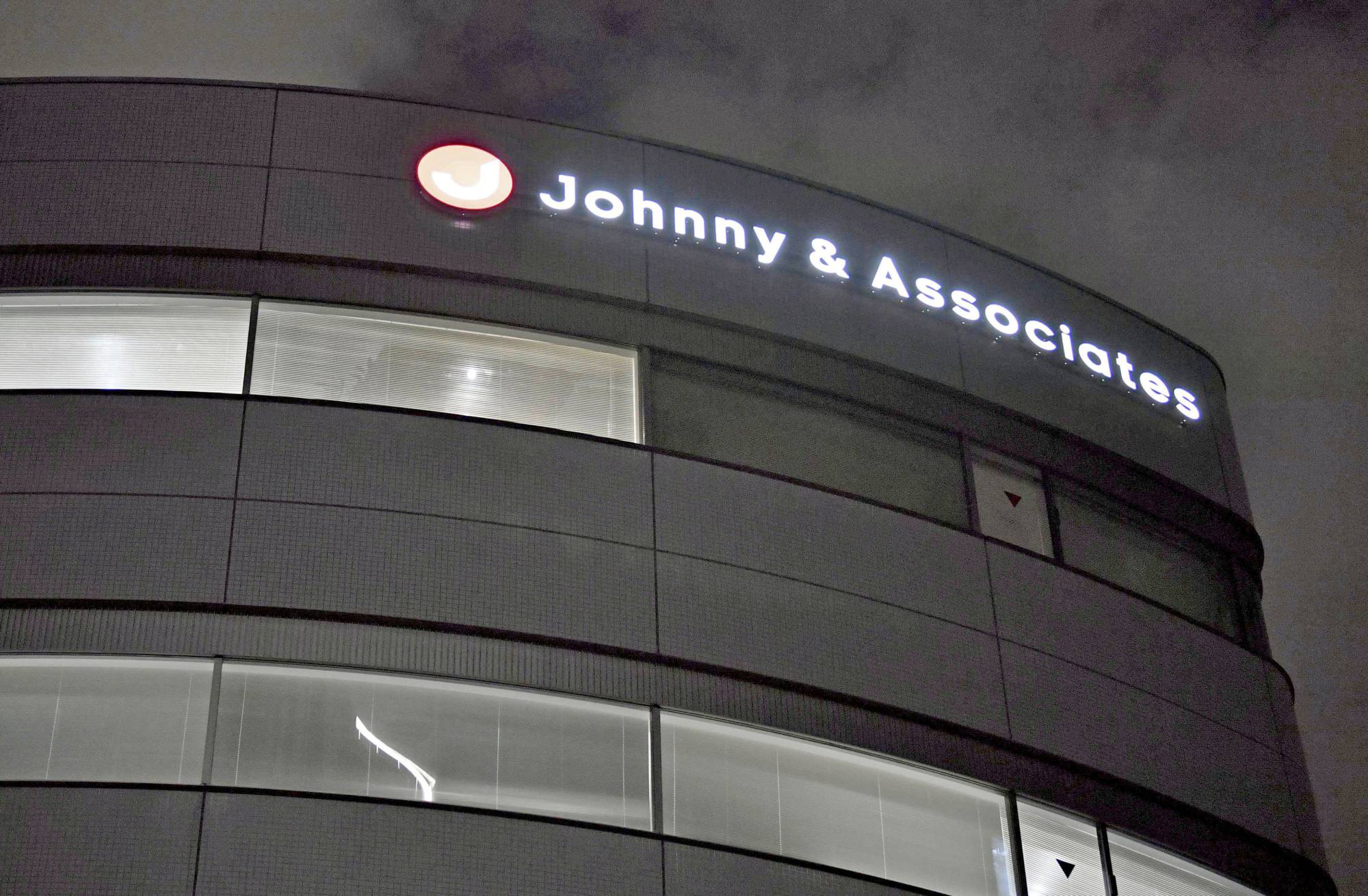 Talent agency Johnny & Associates suspended the activities of veteran singer Masahiko Kondo, 56, on Nov. 17 after he admitted to having had an extramarital affair with an unidentified woman. | KYODO