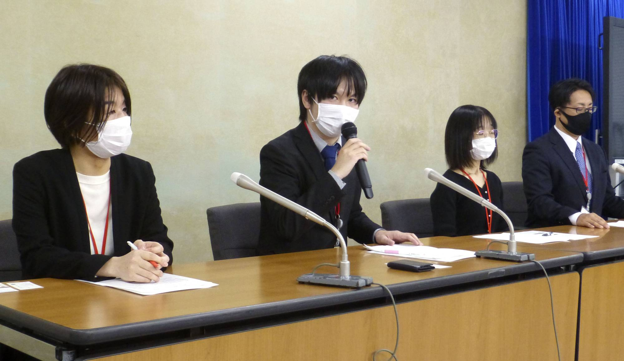 Members of an association that supports single parents holds a news conference in Tokyo in November to call for additional government assistance. | KYODO