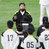 Hawks manager Kimiyasu Kudo (center) speaks to his players before practice on Nov. 23 at Fukuoka's PayPay Dome. | KYODO
