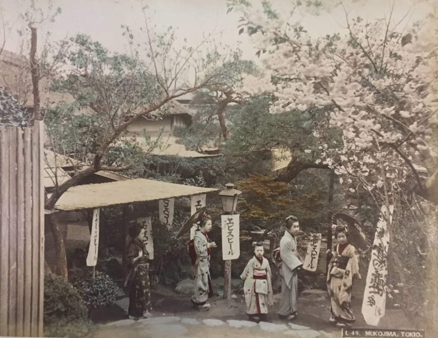 A picture by an unknown photographer of Mukojima in Tokyo, a popular place for outings. Color photography did not yet exist when the photo was taken between 1882-97, so artists added color by hand. | TOKYO PHOTOGRAPHIC ART MUSEUM
