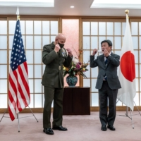 The commandant of the U.S. Marine Corps, Gen. David H. Berger, poses for photos with Foreign Minister Toshimitsu Motegi at the Foreign Ministry in Tokyo on Nov. 18. | AFP-JIJI