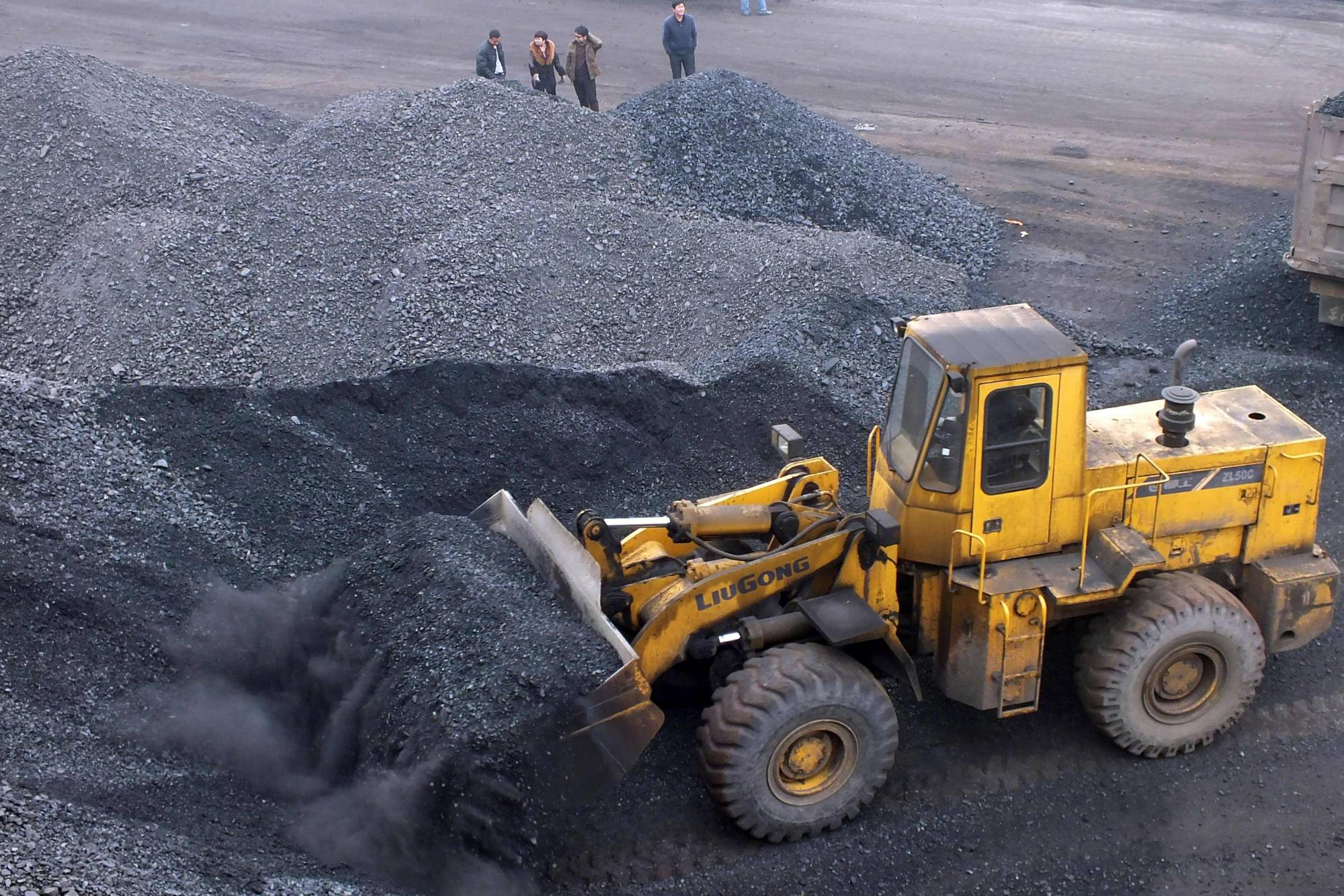 Coal is loaded onto a truck at a port in Yichang, China, in 2014. | AFP-JIJI