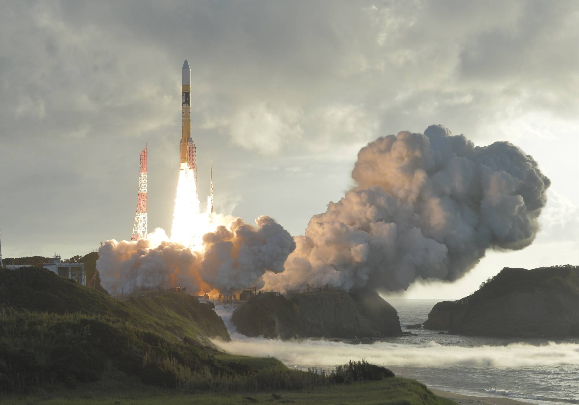 An H-2A rocket carrying a quasi-zenith satellite, Michibiki, lifts off from the Tanegashima Space Center in Kagoshima Prefecture in October 2017. Japan and the United States agreed that U.S. sensors will be mounted on two Michibiki satellites to be launched in fiscal 2023. | KYODO