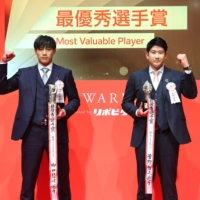 Pacific League MVP Yuki Yanagita (left) and Central League MVP Tomoyuki Sugano pose for photos during the NPB Awards in Tokyo on Thursday night. | KYODO