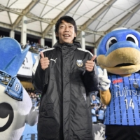 Retiring Frontale legend Kengo Nakamura poses with the team's mascots after their final home game of the season on Wednesday in Kawasaki. | KYODO