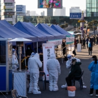 A COVID-19 testing site outside Seoul Station on Dec. 14 | BLOOMBERG