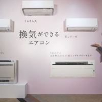 Daikin Industries, the world's largest manufacturer of air conditioners, has introduced new models complete with technology to bring outside air indoors. Most air conditioners, perhaps unbeknownst to many consumers, only circulate air indoors. | KYODO