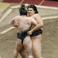 Hokuseiho (right) pushes out Kaiseijo to win the fourth-tier sandanme division of the November Grand Sumo Tournament on Nov. 20. | KYODO