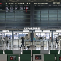 The Japanese government said Saturday it will ban new entries of all non-Japanese nationals from around the globe in principle from Dec. 28 through the end of January. | KYODO
