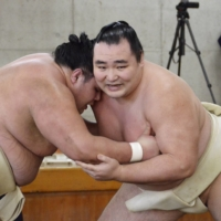 Injury-hit Kakuryu proceeds with caution toward New Year meet