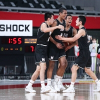 Ibu Yamazaki (second from the left) and his Meisei teammates celebrate his eventual game-winning basket during Tuesday's Winter Cup final against Higashiyama. | COURTESY OF THE JAPAN BASKETBALL ASSOCIATION