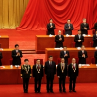 Chinese President Xi Jinping poses with respiratory disease expert Zhong Nanshan (second from right) and other medical experts during a meeting to commend role models in China's fight against COVID-19 at the Great Hall of the People in Beijing in September.  | REUTERS