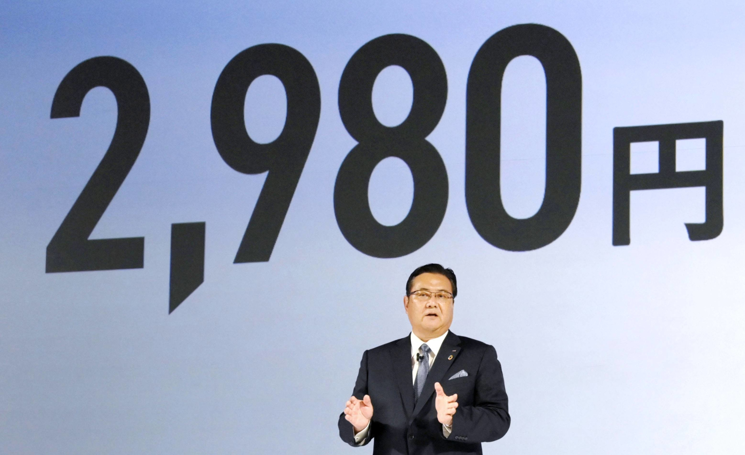 NTT Docomo President Motoyuki Ii speaks about the firm's new pricing plan in a news conference Thursday in Tokyo.   KYODO