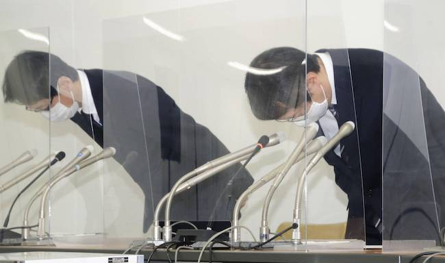 Officials at the National Printing Bureau apologize at a news conference in Tokyo on Wednesday following the arrests of two employees over suspected fraud. | KYODO