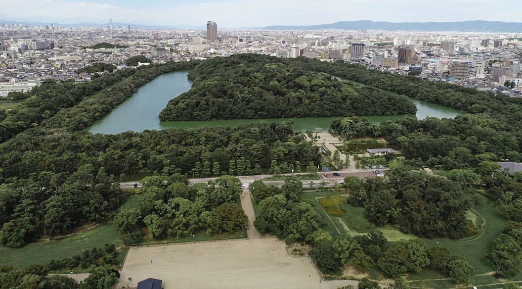 Sakai, Osaka Prefecture, plans to sell tickets for a tour around its sightseeing spots, including a chance for visitors to check out its ancient burial mounds from 100 meters up in the air on a hot air balloon. | KYODO