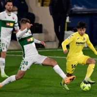Villarreal's Takefusa Kubo (right) attempts to dribble past Elche defender Jose Manuel Sanchez during a first-division match on Dec. 6 in Villarreal, Spain. | AFP-JIJI