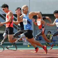 Atsushi Yamamoto (front) competes in the men's T63 100-meter sprint on Sept. 6 in Kumagaya, Saitama Prefecture. | KYODO