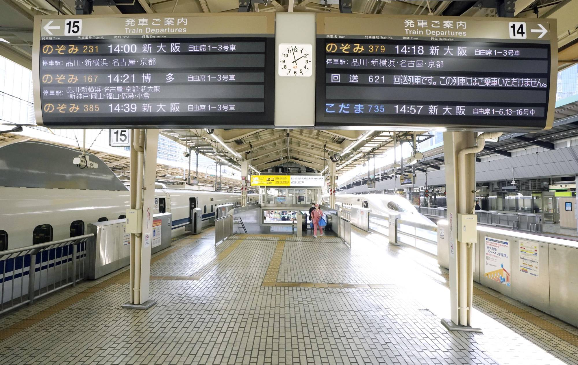 A platform for shinkansen bullet trains at JR Tokyo Station is deserted Sunday amid low passenger numbers during the New Year's holidays. | KYODO