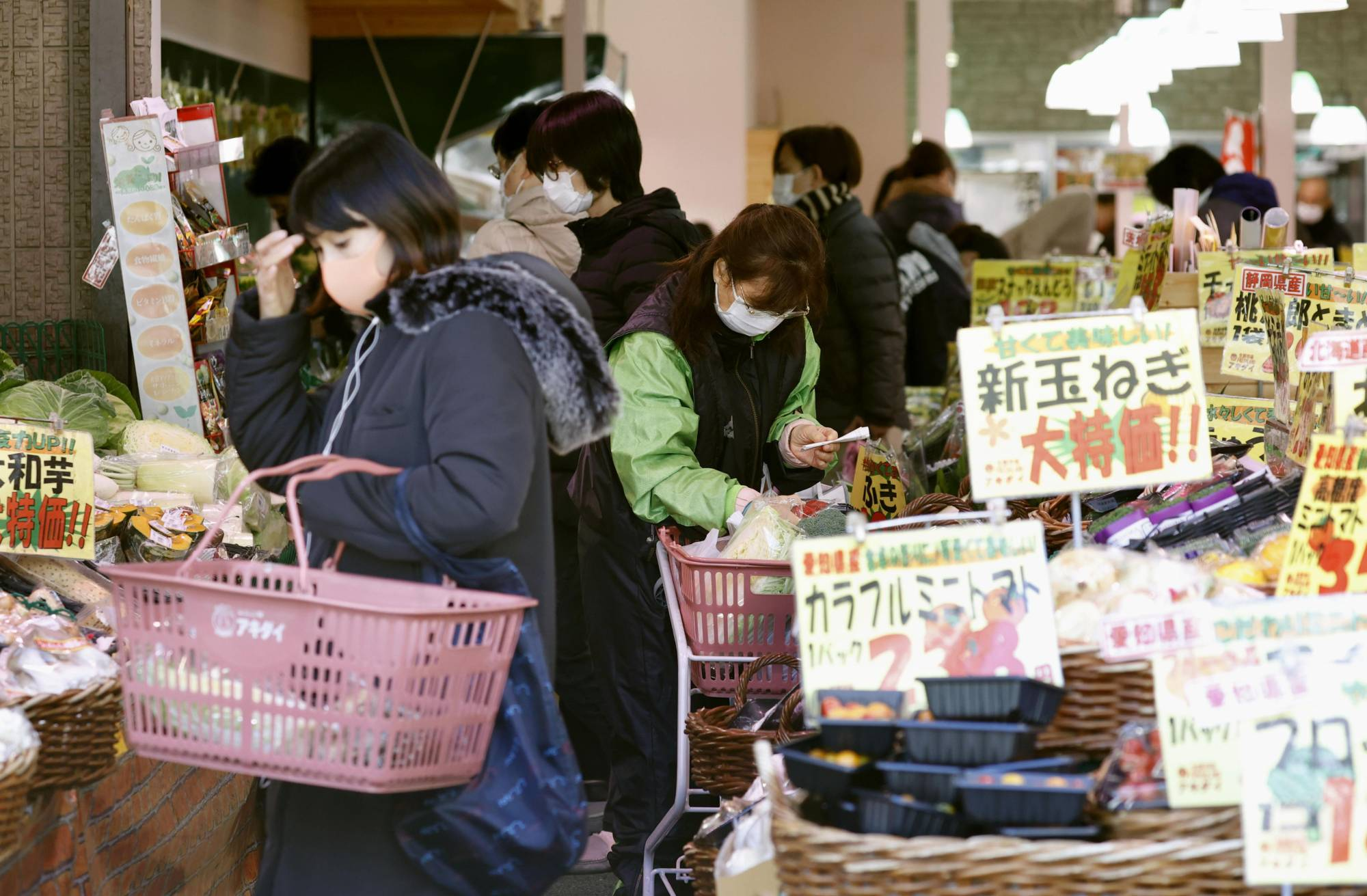 Supermarkets operating in the Tokyo metropolitan area are considering restricting the entry of customers. | KYODO