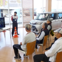 A road safety class for older drivers is held in Matsusaka, Mie Prefecture, in May 2017. The Osaka Prefectural Police will introduce a program for older drivers to experience life without a car so they can feel what it is like before giving up their driver's license. | KYODO