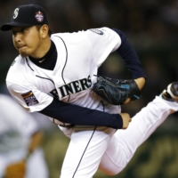 The Mariners' Hisashi Iwakuma pitches for the MLB team during an exhibition at Tokyo Dome on Nov. 15, 2014. | REUTERS