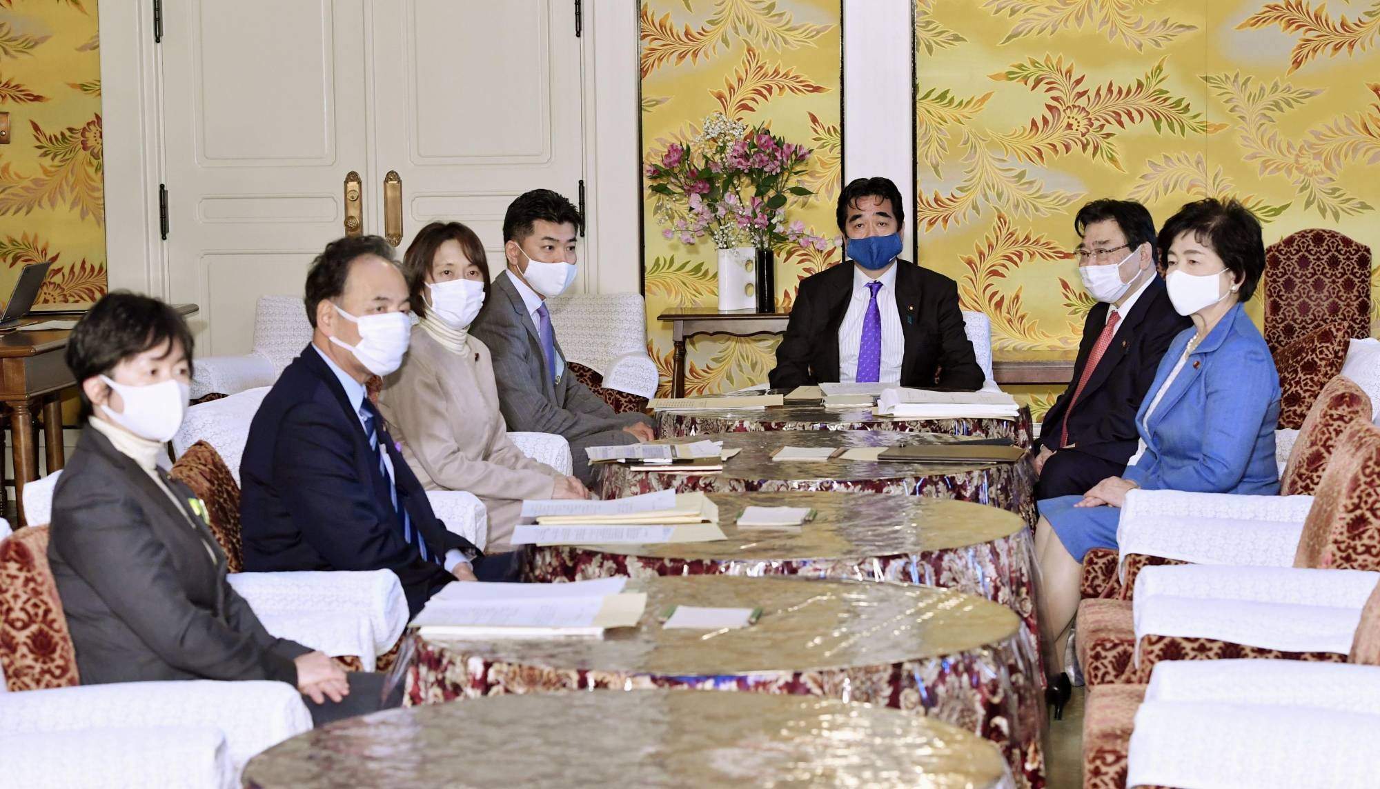 Government officials and ruling and opposition party members hold a meeting on revisions to laws related to infectious disease in the Diet on Wednesday. | KYODO