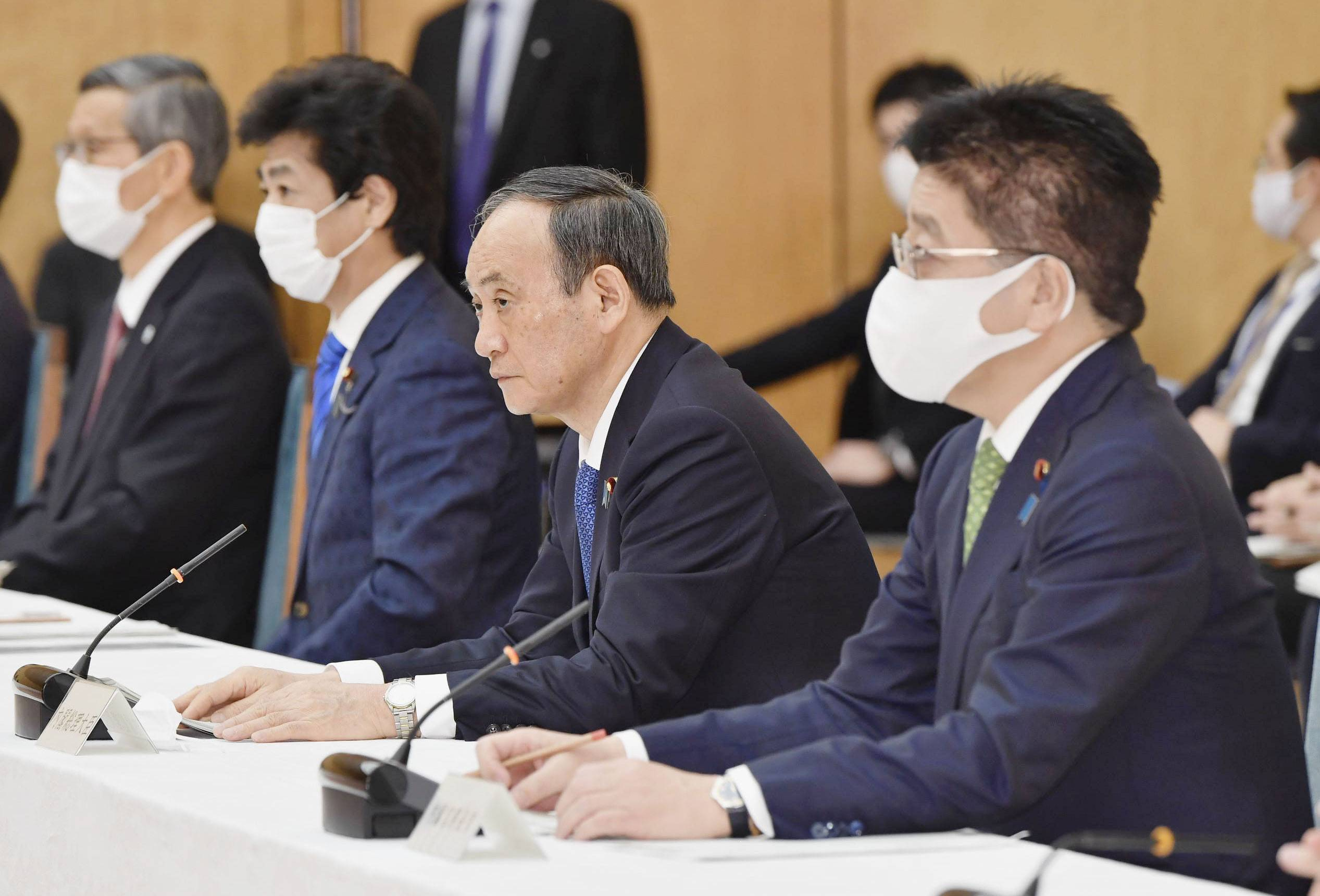 Prime Minister Yoshihide Suga takes part in a meeting about the government's coronavirus response on Jan. 7 at the Prime Minister's Office in Tokyo. | PRIME MINISTER'S OFFICE / VIA KYODO
