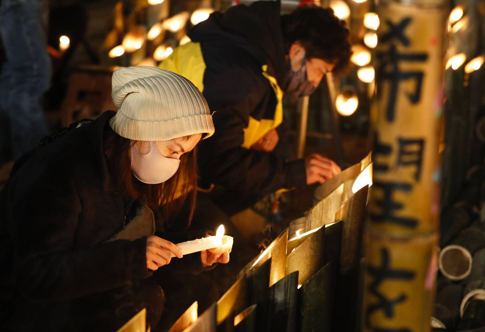 Participants prepare lanterns for a memorial event to mark the 26th anniversary of the Great Hanshin Earthquake in Kobe on Sunday. | KYODO