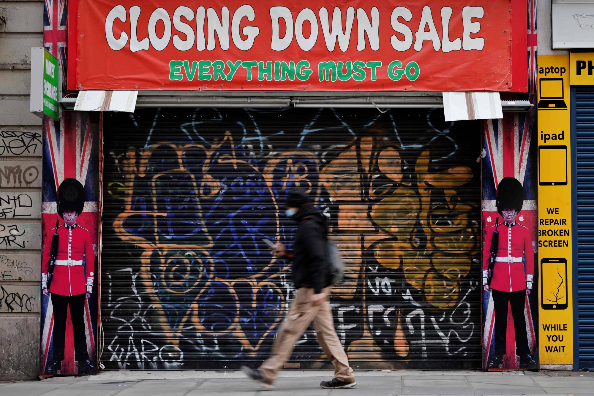 A shuttered souvenir shop on Oxford Street in central London on Friday. The U.K. has entered its third nationwide coronavirus lockdown.  | AFP-JIJI
