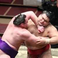 Takayasu (right) fends off Tochinoshin during their Day 10 bout on Tuesday at Ryogoku Kokugikan. | NIKKAN SPORTS