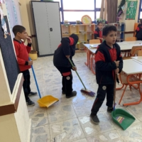 At a number of schools in Egypt, children are being schooled in the Japanese way, which includes taking an active role in cleaning classrooms. | JAPAN INTERNATIONAL COOPERATION AGENCY / VIA KYODO