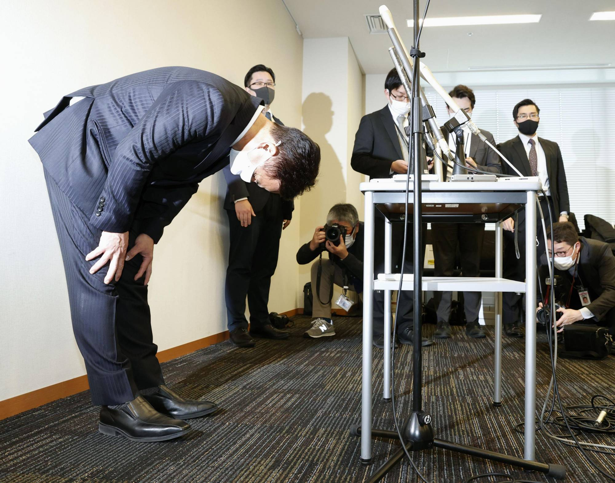 Komeito lawmaker Kiyohiko Toyama bows at the Diet building Monday as he offers to quit after admitting that he visited a hostess bar late at night last month. | KYODO