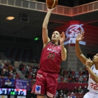 The Brave Thunders' Nick Fazekas takes a shot against the Jets in Kawasaki on Wednesday. | COURTESY OF THE KAWASAKI BRAVE THUNDERS