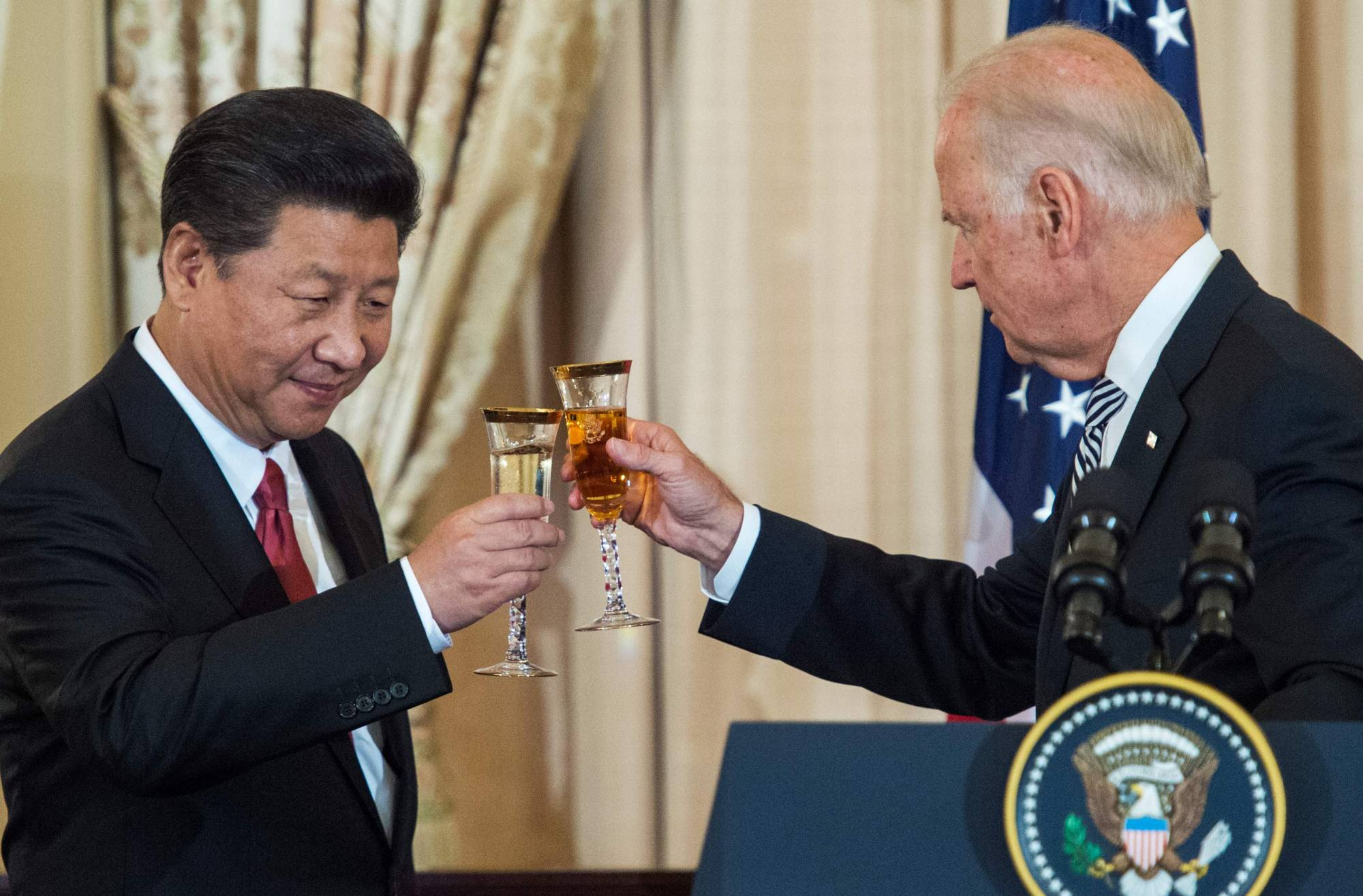 Then-U.S. Vice President Joe Biden and Chinese President Xi Jinping toast during a State Luncheon for China hosted by U.S. Secretary of State John Kerry in Washington in 2015. | AFP-JIJI