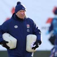 England coach Eddie Jones takes the team through a training session in London on Thursday ahead of the team's Six Nations match against Italy on Saturday. | POOL / VIA AFP-JIJI