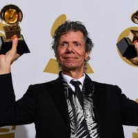 Chick Corea holds up his Grammys during the 57th annual Grammy Awards in 2015. | AFP-JIJI